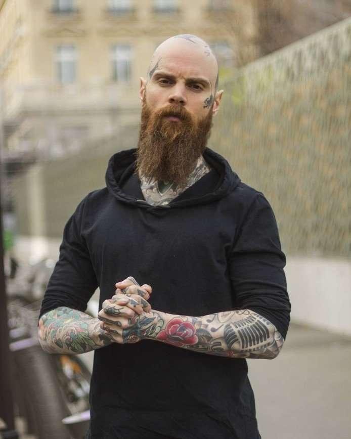 «Люди боялись смотреть мне в лицо»: учитель из Франции нанес себе татуировки на все тело