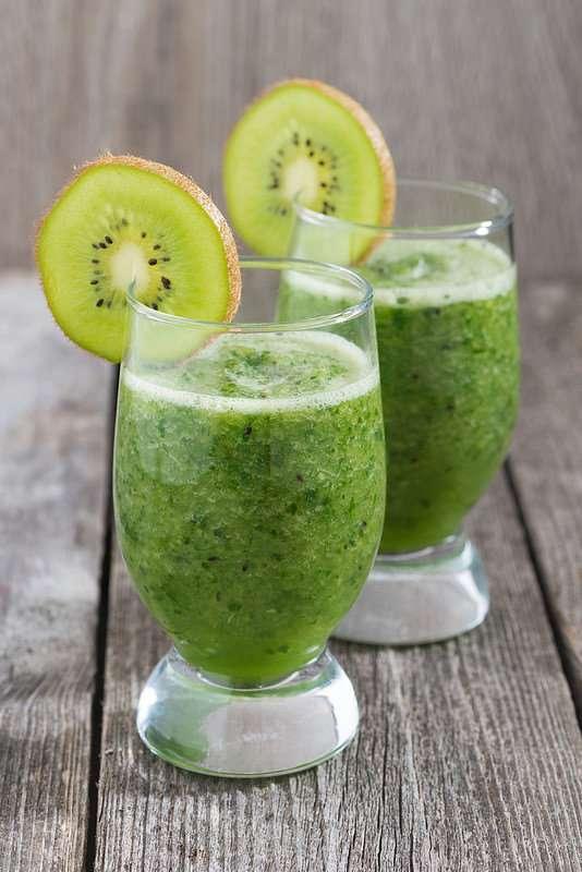 Зеленый фруктово-овощной смузи с проростками пшеницы