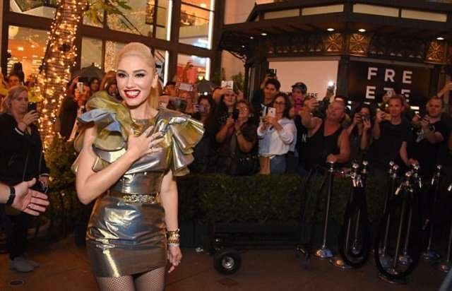 «А животик-то есть»: Гвен Стефани поразила всех золотым нарядом на встрече с фанатами