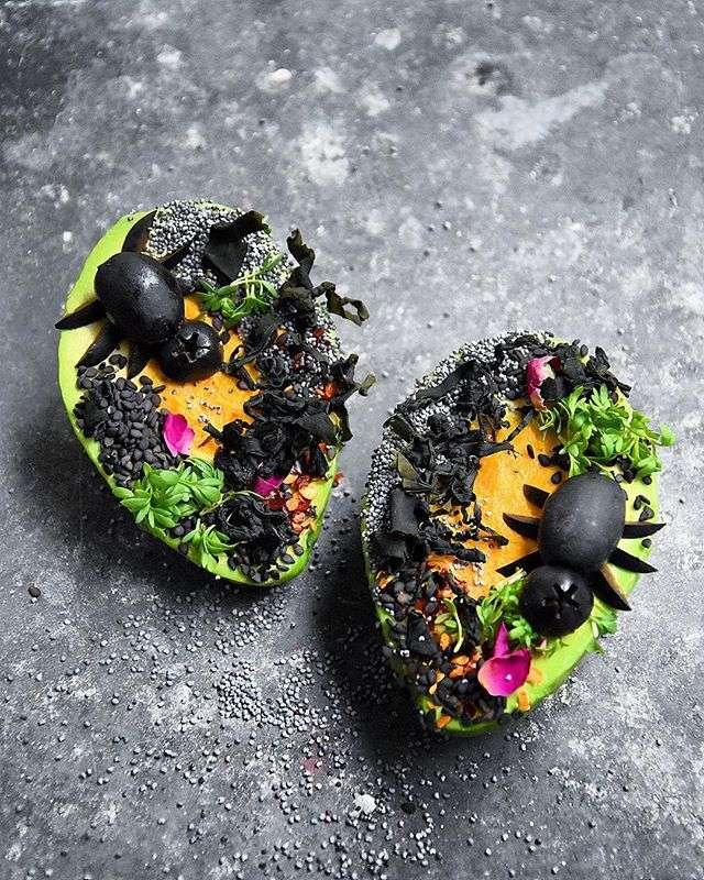 Вместо тыквы: потрясающие угощения и украшения из авокадо