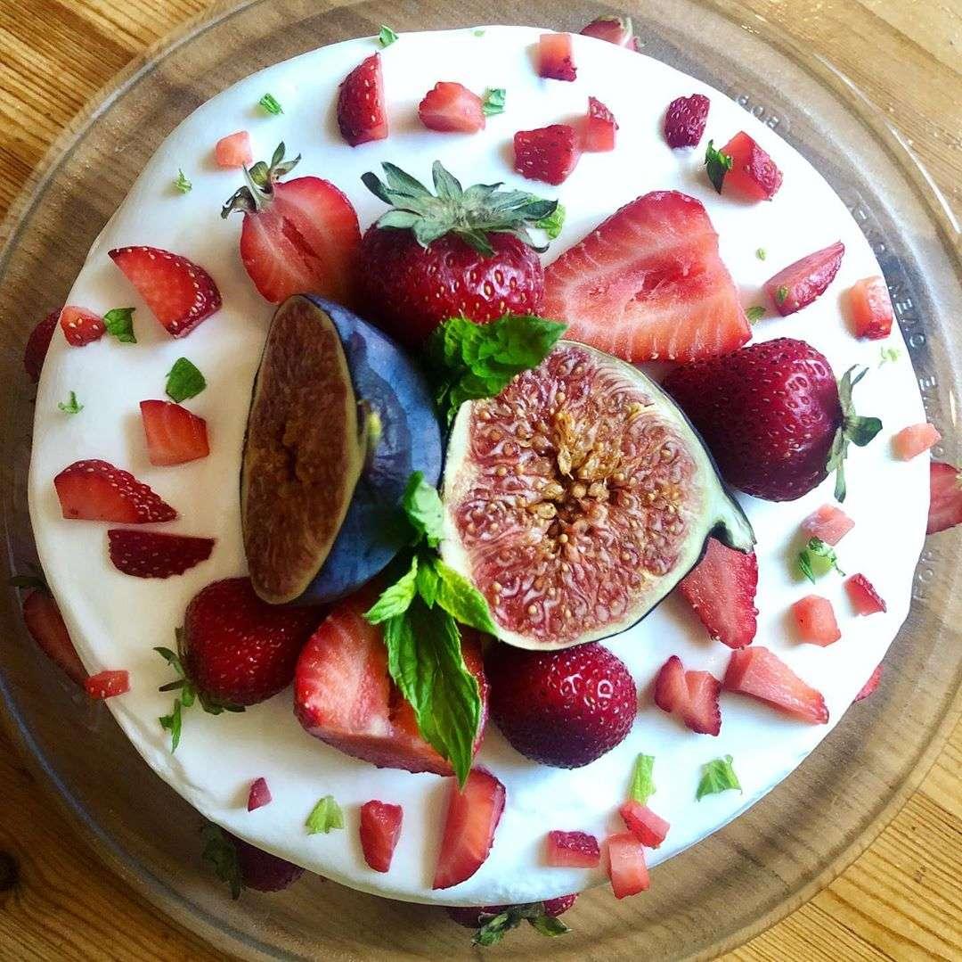 Вкус детства: невероятный бисквитный торт с клубникой от Юлии Савичевой