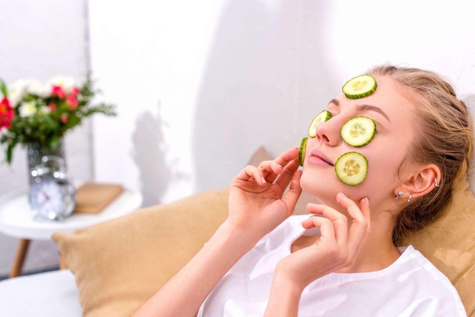 Не только в салат! Как маска из огурцов поможет отбелить и увлажнить кожу лица