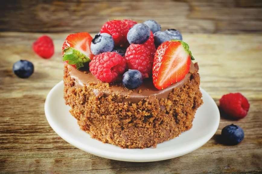 Замена магазинным: шоколадные сырки с финиками и ягодами