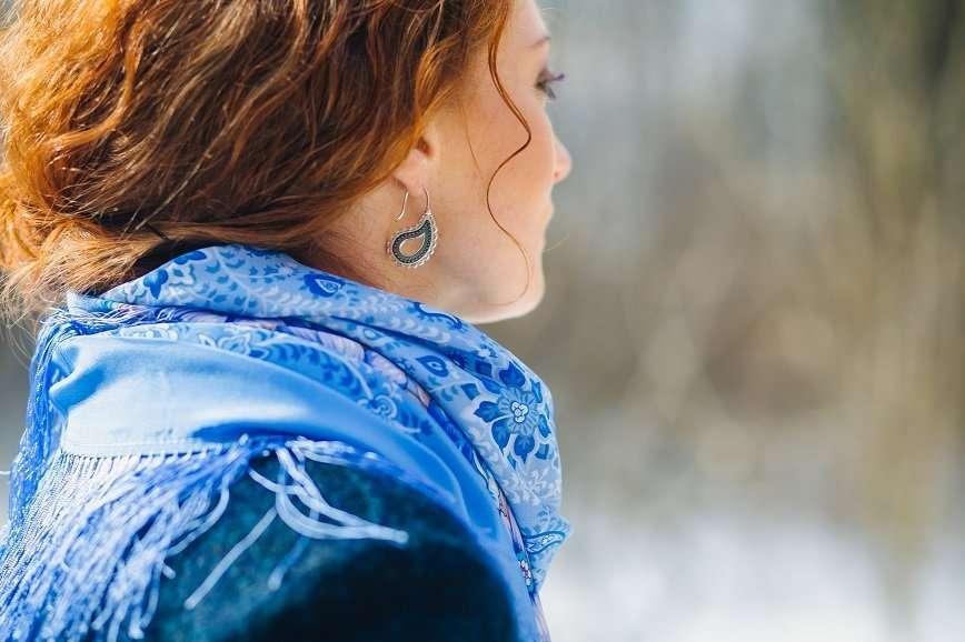 Девушка в павловопосадском платке на фоне заброшенной усадьбы