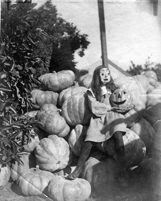В чулках и с тыквой на голове: как раньше выглядели костюмы на Хэллоуин